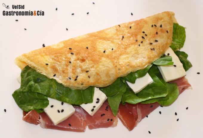 Tortilla rellena de espinacas, jamón y queso fresco