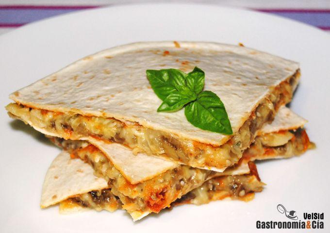Tortilla rellena de berenjena, queso y mojo de tomate y
