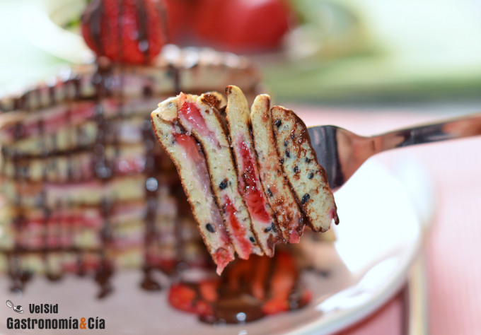 Tortitas de avena, fresas y sésamo, un desayuno saludab