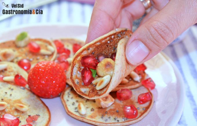 Tortitas de plátano y espelta integral con granada y fr