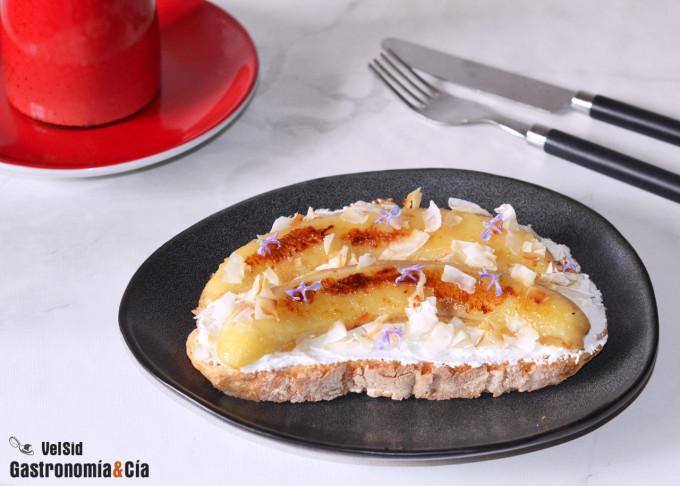 Tostada con kéfir, plátano y coco