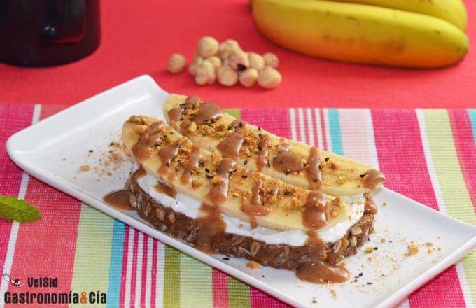 Tostada de plátano, labneh y salsa de caramelo y avella