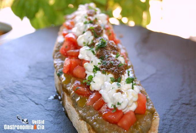 Tosta de berenjena, tomate, cottage y aceite de anchoa