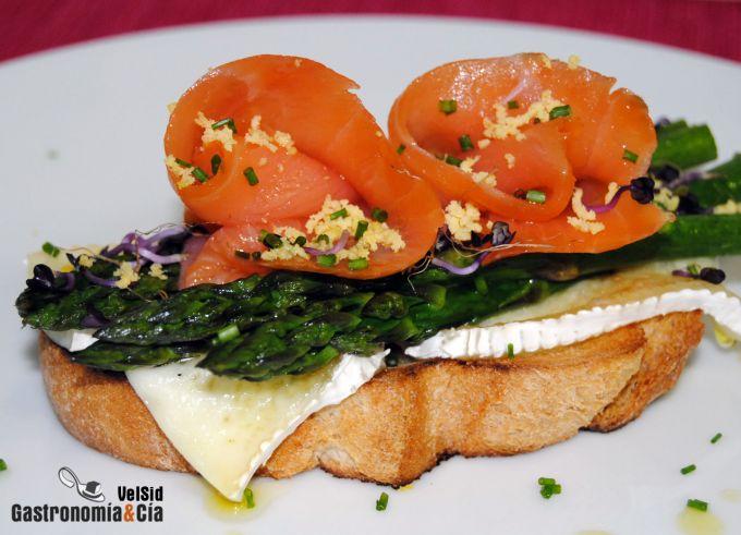 Tosta de espárragos, salmón y queso brie