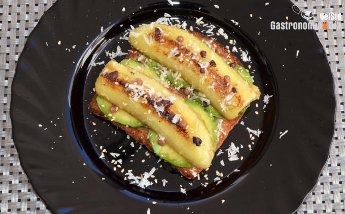 Tostada con aguacate y plátano caramelizado con ghee