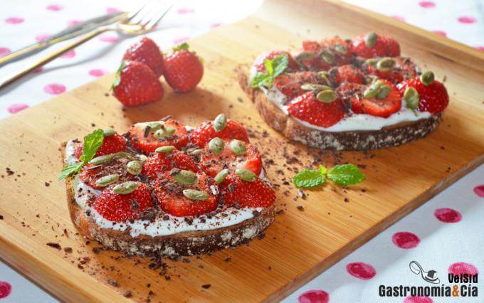 Tostadas con labneh, fresas y semillas de calabaza