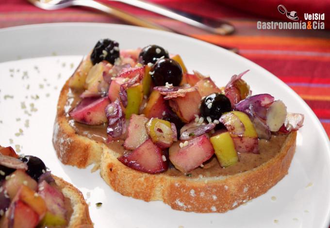 Tostadas con manzana, arándanos y almendra