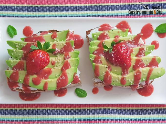 Tostadas con queso, aguacate y sirope de fresas