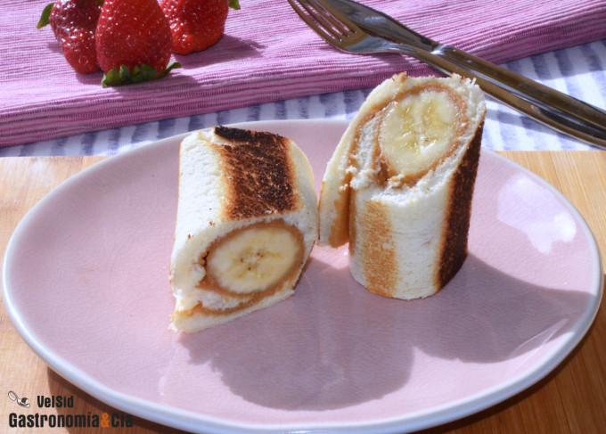 Tostadas enrolladas con plátano y mantequilla de cacahu