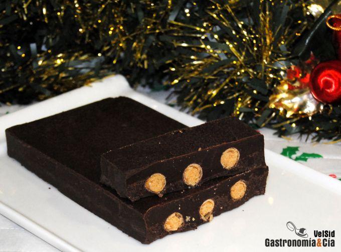 Turrón de chocolate relleno de barquillos y praliné
