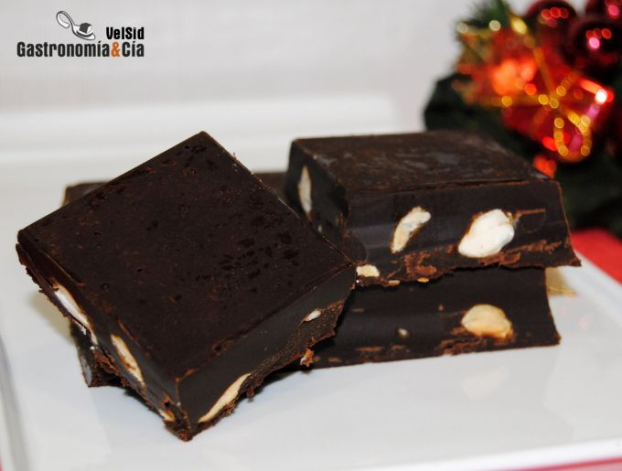Turrón de chocolate, almendras y ron