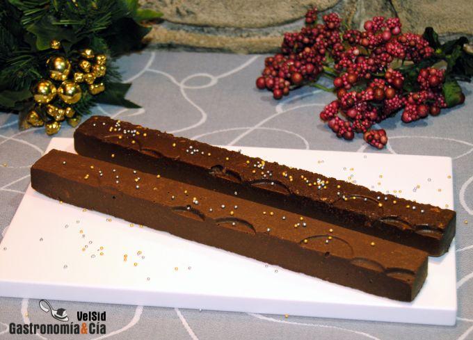 Turrón de chocolate con piñones y galletas
