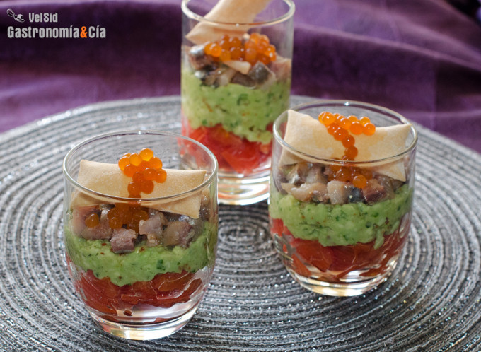 Vasitos de tomate, aguacate y sardina ahumada