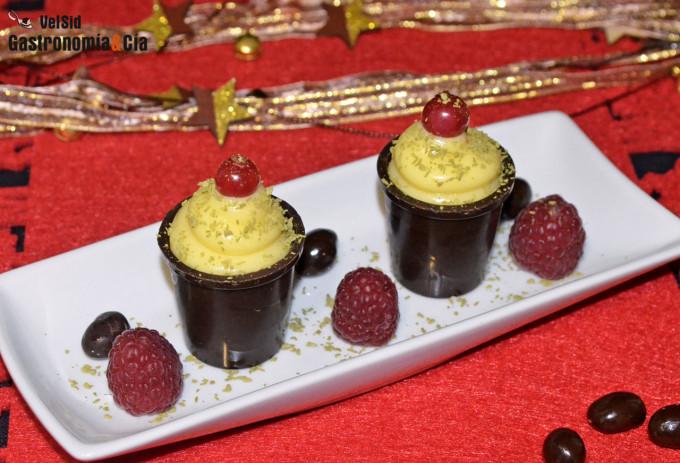 Vasitos de chocolate con lemon curd y frutos rojos