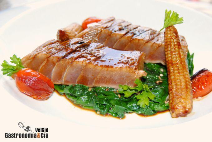 Ventresca de atún con salsa teriyaki y espinacas