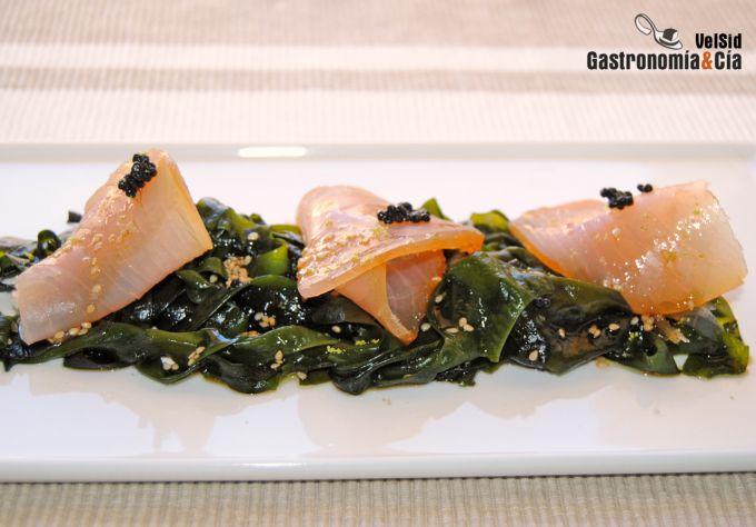 Wakame con marlin ahumado y vinagreta de soja y lima