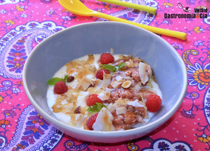 Yogur con brevas y coco tostado
