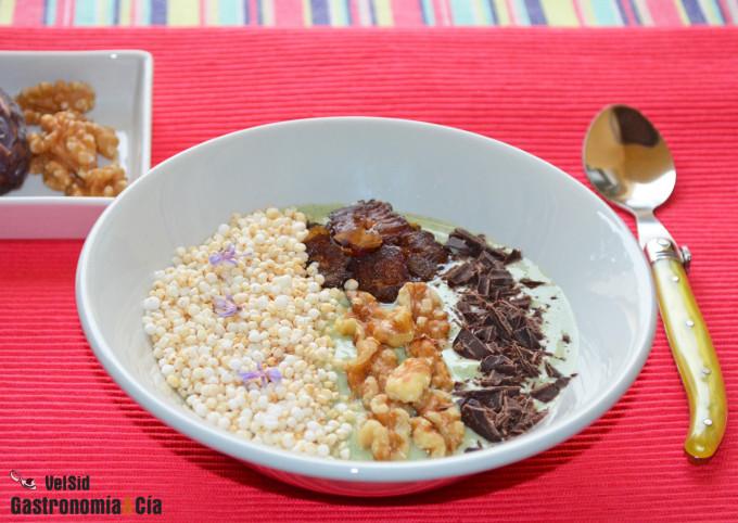 Bol de yogur griego con kale, quinua y dátiles