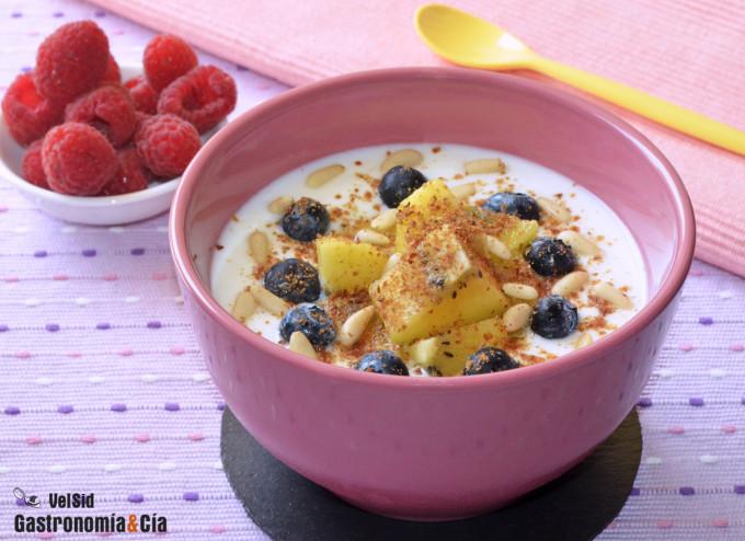 Yogur griego con kiwi, arándanos y piñones