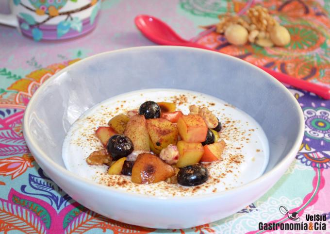 Bol de yogur con manzana salteada, arándanos y frutos s