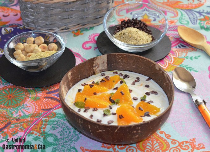 Yogur de naranja natural con fruta fresca