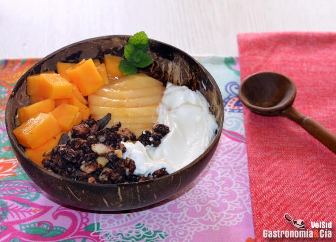 Yogur colado con pera, papaya y granola