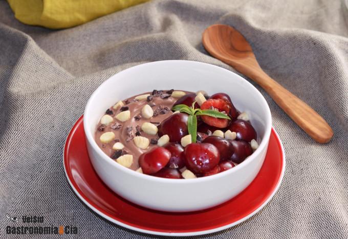 Yogur, cacao, cerezas y almendras, una combinación perf