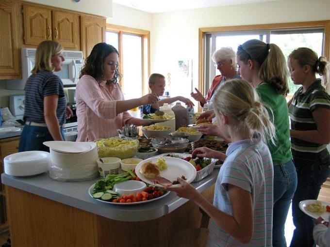 Comer en familia beneficia a la infancia
