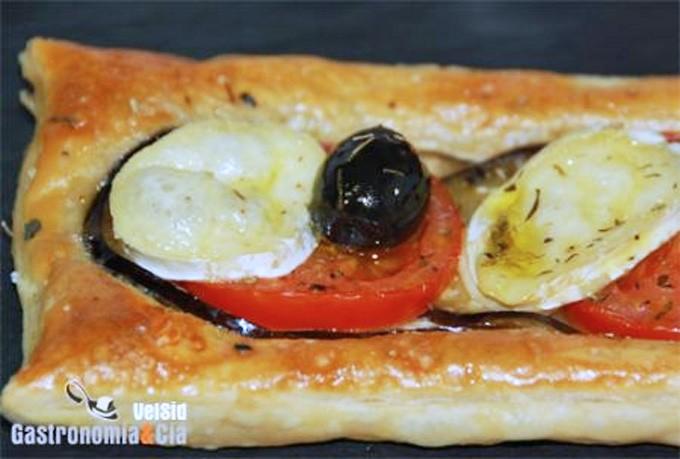 Hojaldre de berenjena, tomate y queso de cabra
