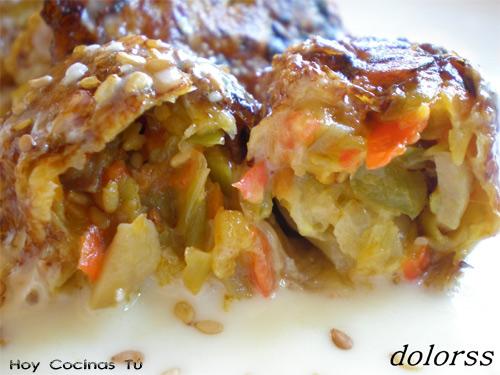 Rollitos de col con verduras y salsa de queso