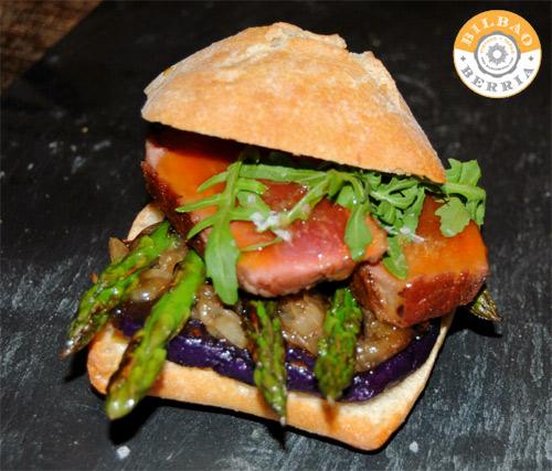 Presa Ibérica con tosta violeta y glaseado de naranja
