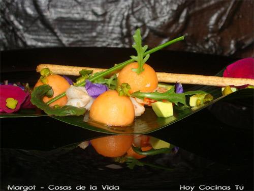 Ensalada de flores, frutas y gambas