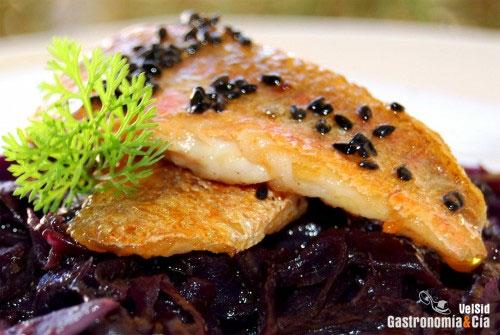 Salmonetes con col lombarda al jengibre y s samo for Cocinar lombarda