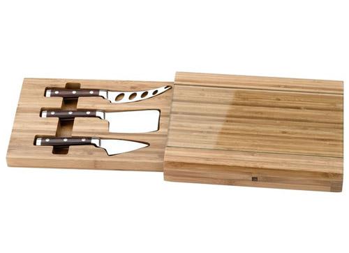 Tabla de quesos con cuchillos
