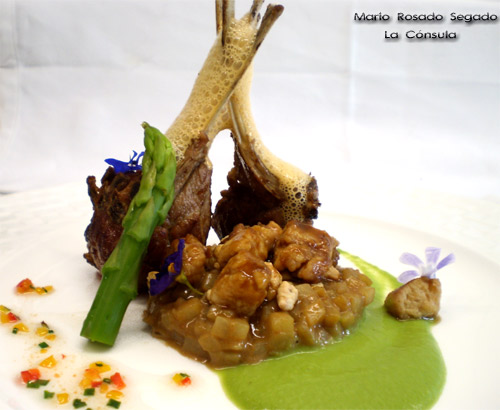 Lechazo de Castilla y León (D.O), con Falso Rissoto de Patata cremado con sus Higaditos, aire de adobo y sus Mollejas estofadas en su jugo al aroma de Salvia y Jazmín