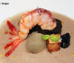 Sopa de setas, ravioli de butifarra negra con panceta, cigalas y foie