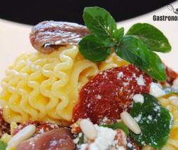 Armoniche con tomate seco, requesón y anchoas