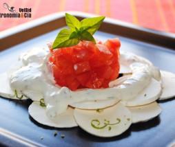 Carpaccio de champiñones, tomate concasse y salsa de pimienta Sichuan