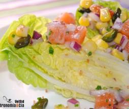 Ensalada de cogollos de Tudela con salmón, pistachos, maíz dulce