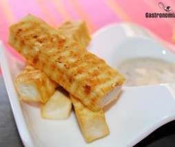 Tofu ahumado crujiente con salsa cremosa de soja y sésamo
