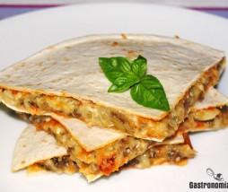 Tortilla rellena de berenjena, queso y mojo de tomate y ajo asado