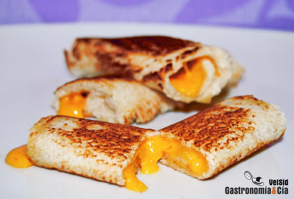 Rollitos de pan y queso cheddar