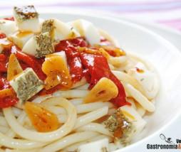 Pasta con pimientos del piquillo confitados y queso al romero