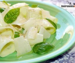 Ensalada de calabacín, parmesano y albahaca