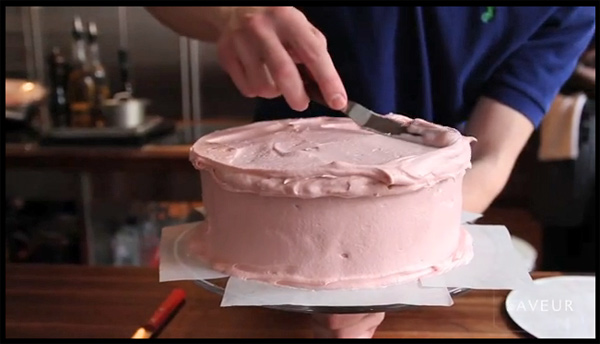 Decorar el pastel sobre el pie de tarta sin manchar