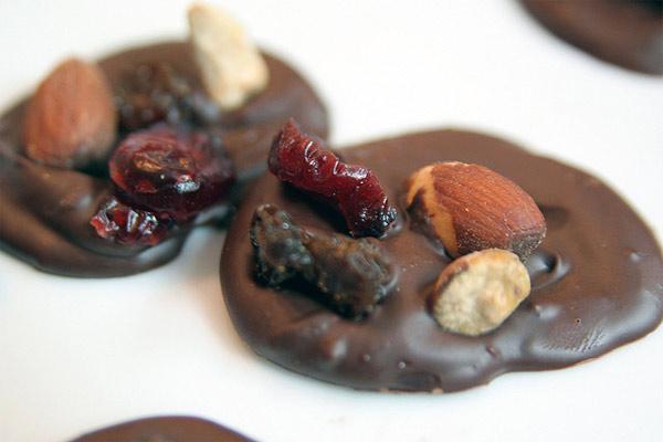 Chocolate con frutos secos, avellanas, almendras, pasas e higos
