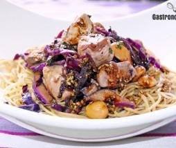 Noodles con pollo y salsa de miso y sésamo