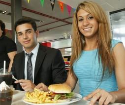 Fast Food con cubertería y vajilla