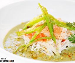 Cangrejo real con sopa de coco y cilantro