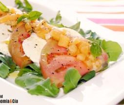 Tomate rosa, mozzarella, rúcula y vinagreta de melocotón y albahaca